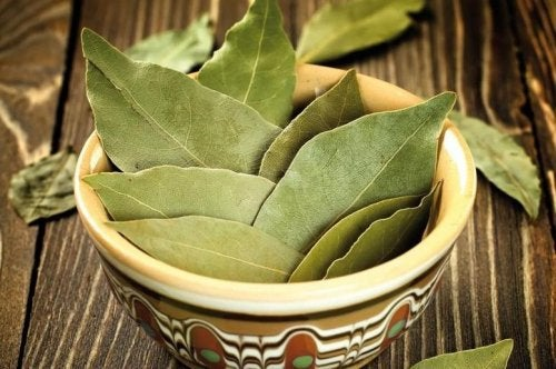 Ingrediente pentru ceaiul de scorțișoară și dafin