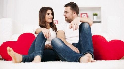 Cuplu care discută lucruri despre dragoste