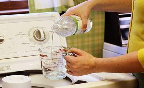 Oțetul alb folosit pentru a elimina mirosul urât al hainelor