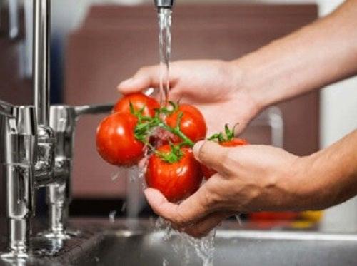 Oțetul de mere dezinfectează fructele și legumele