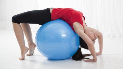 Practică exerciții de întindere pentru cifoză
