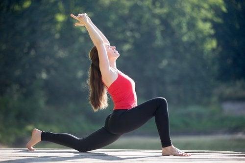 Practică exerciții de întindere a șoldului