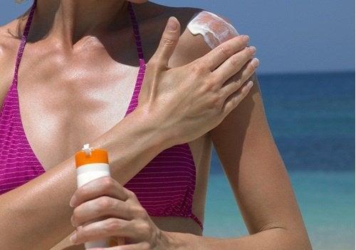 Aplică o cremă de protecție solară pentru prevenirea lăsării sânilor