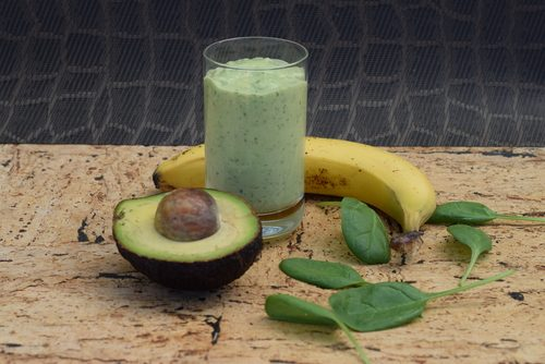 Smoothie cu avocado și ingrediente naturale