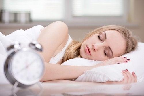 Somnul în exces și alte obiceiuri matinale care îngrașă