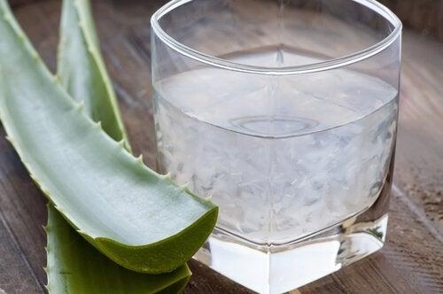 Sucul de aloe vera în pahar
