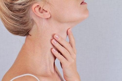 Femeie care are probleme cu tiroida
