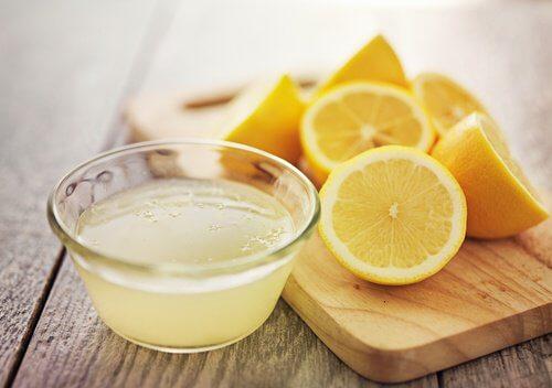 Tratament naturist pentru negi cu lămâie
