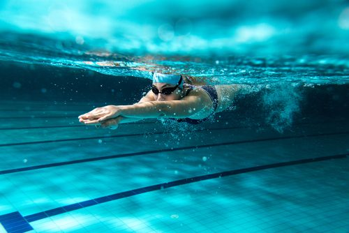 Tratamente naturiste pentru retenția de apă precum înotul
