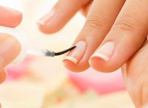 Nu îți vopsi unghiile în mod excesiv cu ojă