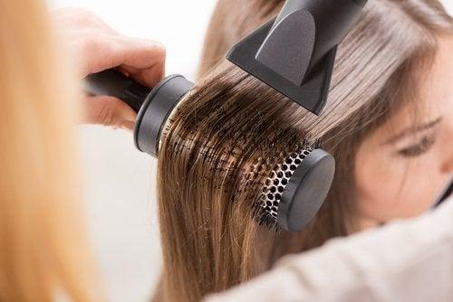 Evitarea uscătorului de păr previne vârfurile despicate