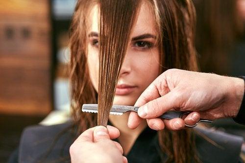 Tunsul frecvent al părului previne despicarea vârfurilor