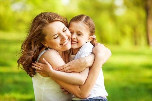 Îmbrățișările primite de la părinți sunt foarte importante pentru copii