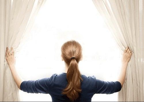 Aerisirea este esențiale pentru a alunga mirosurile neplăcute din dormitor