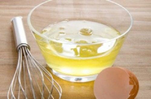O mască din albuș de ou e unul din trucurile pentru a avea sânii fermi