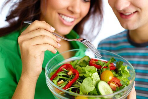 O alimentație adecvată ajută la menținerea unor sâni fermi