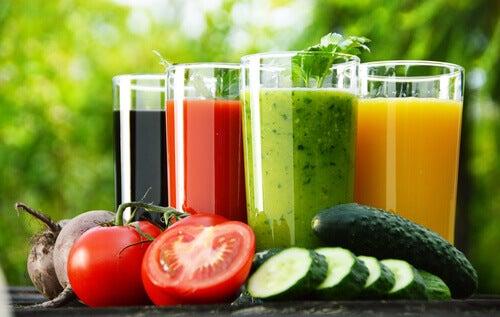 Băuturile detoxifiante conțin fructe și legume sănătoase