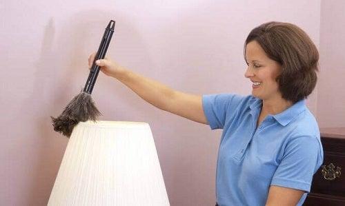 Curățenia este importantă pentru a alunga mirosurile neplăcute din dormitor