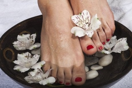 Îți cureți picioarele de microbi cu remedii naturiste