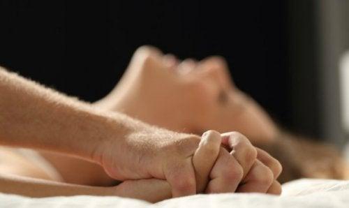 Dormitul în camere separate poate mări dorința sexuală