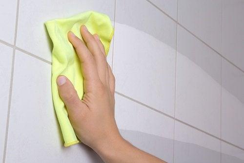 Faianța din baie trebuie curățată și dezinfectată zilnic