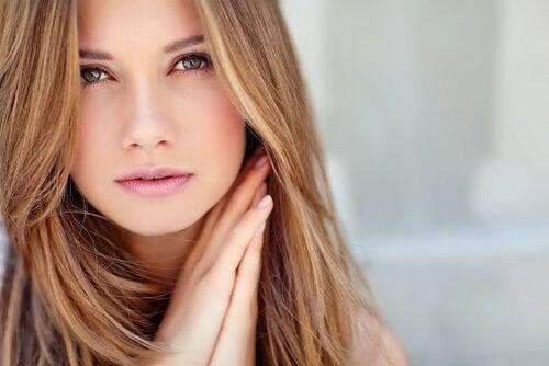 Fată frumoasă cu piele radiantă