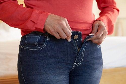 Hainele strâmte pot cauza dureri de spate