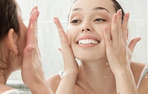 Beneficiile apei cu castravete includ hidratarea