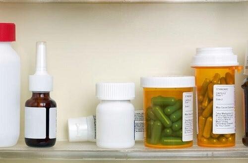 Medicamente pe lista de lucruri care nu se țin în baie