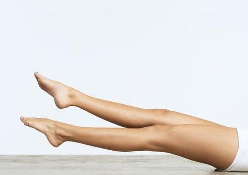 Mișcări circulare ale picioarelor și alte exerciții care îți subțiază talia