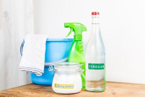 Oțetul și bicarbonatul de sodiu albesc prosoapele