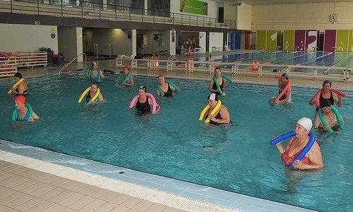 Exercițiile în piscină te ajută să eviți osteoartrita gleznei