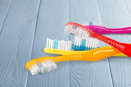 O periuță de dinți veche te poate ajuta să îndepărtezi praful