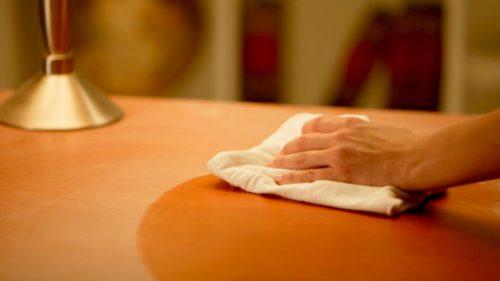Uleiul din ficat de cod elimină zgârieturile de pe mobilierul de lemn