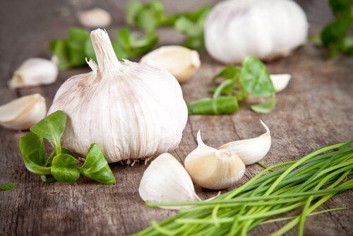 Usturoiul pe lista de alimente care elimină toxinele