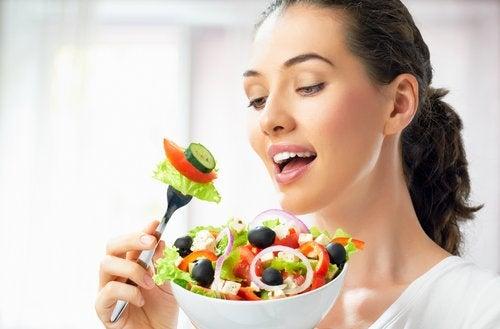 O alimentație sănătoasă îți menține tenul frumos și tânăr