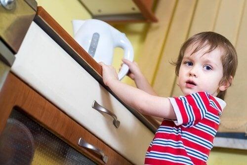 Situații ce provoacă arsuri prin opărire la copii