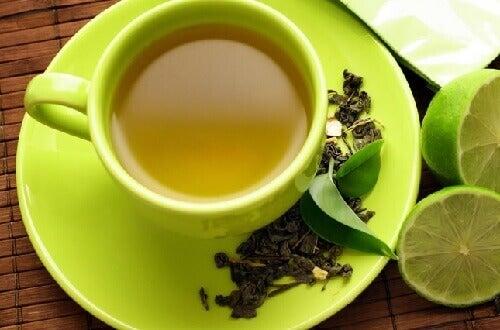 Ceaiul verde cu lămâie e una dintre cele mai bune combinații alimentare sănătoase