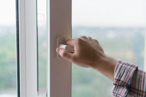 Obiceiul de a deschide geamurile dimineața te poate îmbolnăvi