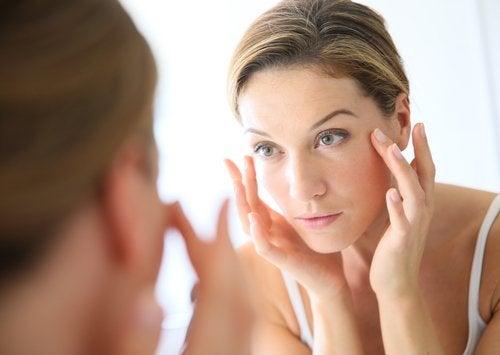 Următoarele trucuri simple te ajută să-ți revitalizezi fața