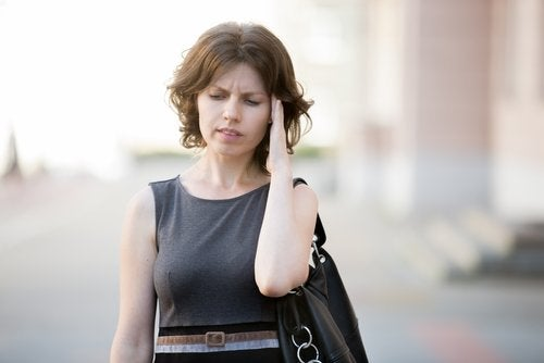 Femeie afectată de hipotensiunea arterială și de amețeli