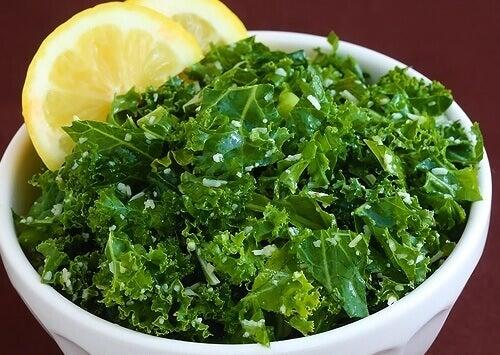 Varza furajeră cu lămâie e una dintre cele mai bune combinații alimentare sănătoase