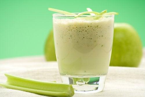Acest smoothie de măr verde și țelină este foarte sănătos