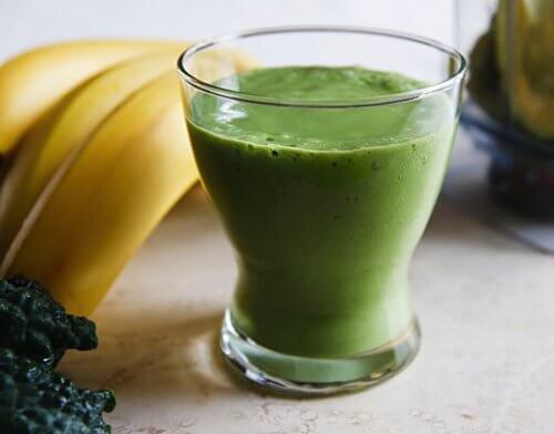 Bananele pot fi combinate cu măr verde pentru a prepara o băutură inedită