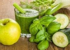 Un smoothie de măr verde ține doctorul la distanță