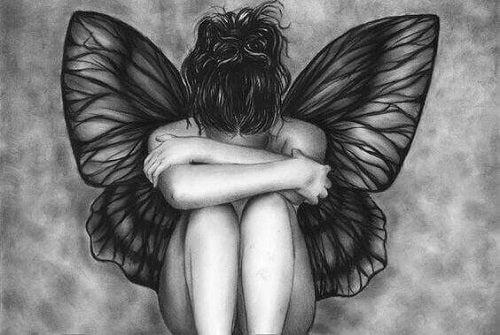 Femeie cu aripi de fluture