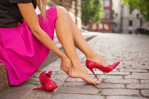 Obiceiul de a purta pantofi incomozi te poate îmbolnăvi
