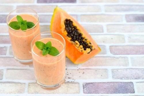 Un smoothie cu papaya și ananas tratează retenția de apă