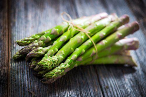 Mirosul neplăcut al corpului poate fi cauzat de consumul de sparanghel