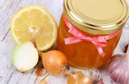 Siropul de ceapă și miere este unul dintre cele mai bune expectorante